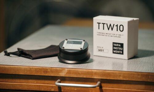 Varia Instruments TTW10 – cục chặn đĩa than kiêm adpater cho đĩa 7 inch